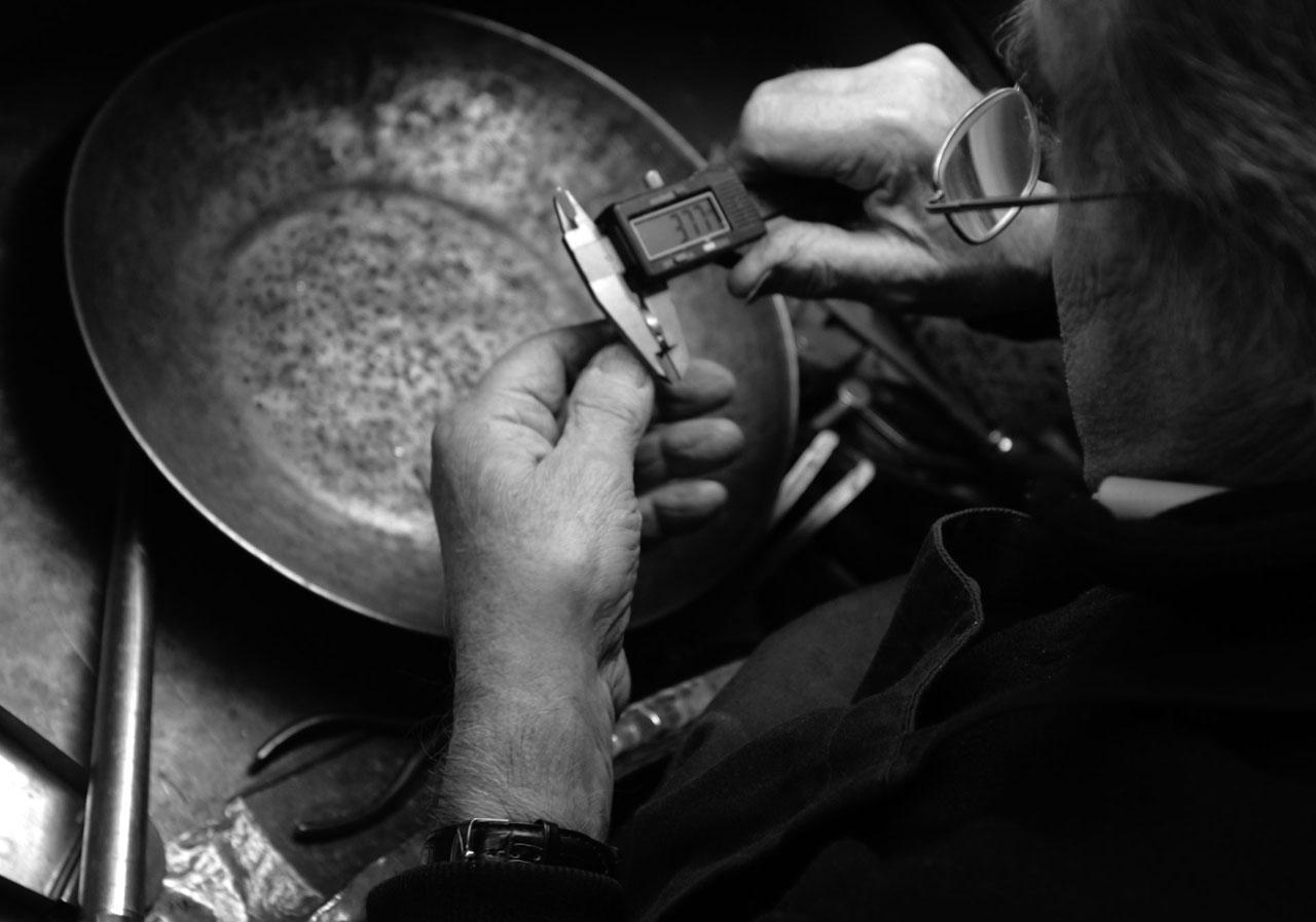 日本国内やイタリアの工房で、職人たちが原型と仕上げの指示をもとに、鋳造、彫金、石留、彫り、磨きなど、それぞれの専門家が分業で仕上げていきます。